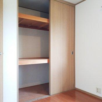 【洋室1】横に積みやすい形で、いろんなものを入れますね!
