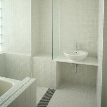 オリジナルデザインの浴室です。※写真は2階の同じ間取り別部屋です。
