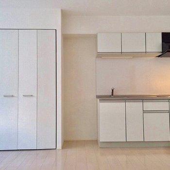 壁面スッポリきれいに使える。※写真は2階の同じ間取り別部屋です。