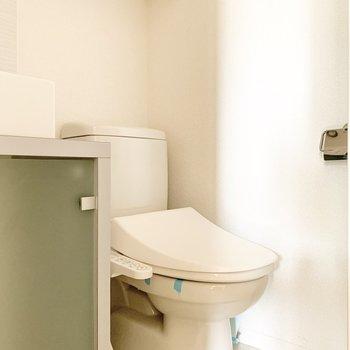 洗面台の隣にトイレがあります。※写真は通電前のものです