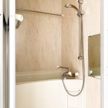 浴室乾燥機付きのバスルームです。※写真は通電前のものです