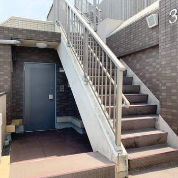 階段横、角部屋のお部屋になります。