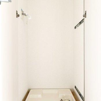廊下に洗濯機置き場があります。扉付きが嬉しいですね。