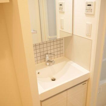 そのお隣には独立洗面台。※写真は2階の同じ間取り別部屋のものです