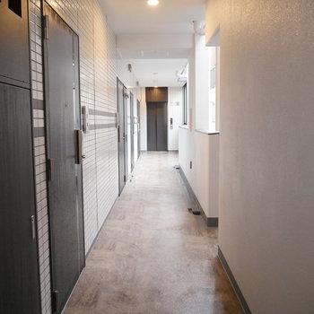 エレベーターまで一直線の廊下。