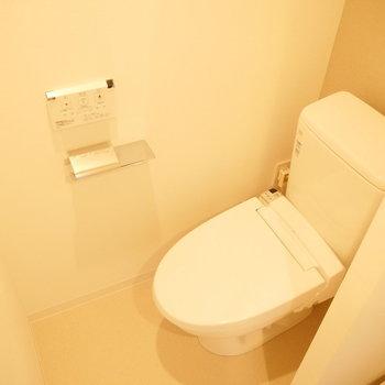 トイレは洗濯機置き場の隣に。※写真は2階の同じ間取り別部屋のものです