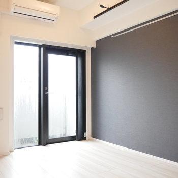 青い壁。※写真は2階の同じ間取り別部屋のものです