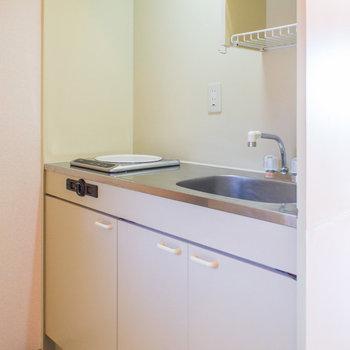 玄関入ってすぐにキッチン※写真は2階の同間取り別部屋のものです。