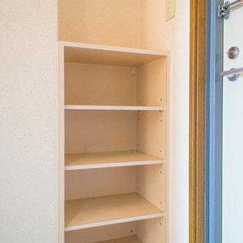 シューズボックスの上にも物が置けます。※写真は2階の同間取り別部屋のものです。