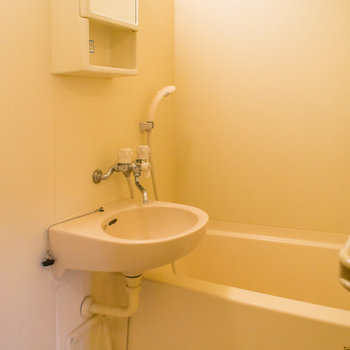 2点ユニットバスの鏡にはちょっとした物置場も※写真は2階の同間取り別部屋のものです。