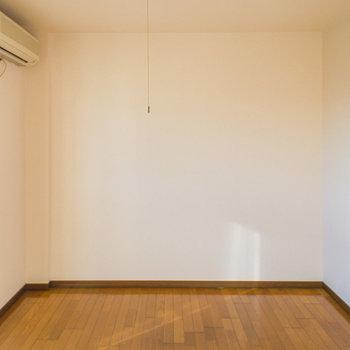 シンプルな洋室※写真は2階の同間取り別部屋のものです。