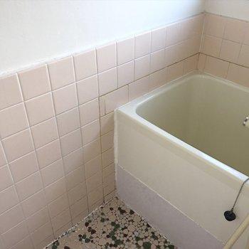 少し小さめ、お風呂。※写真は1階の同間取り別部屋のものです。
