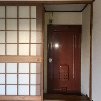玄関は一段下がります。※写真は1階の同間取り別部屋のものです。
