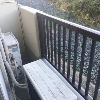 バルコニー。洗濯ものは干せそう。※写真は同間取り別部屋のものです。