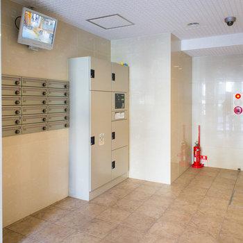 エレベーターホールにもモニター付きで防犯バッチリ