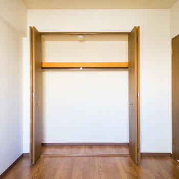寝室のクローゼットは大容量!※写真は同間取り別部屋のものです。