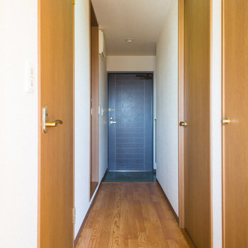 ドーンと廊下を抜けて寝室へ※写真は同間取り別部屋のものです。