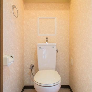 トイレには収納棚付き※写真は同間取り別部屋のものです。