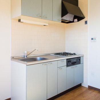 落ち着いたグレーのキッチン※写真は同間取り別部屋のものです。