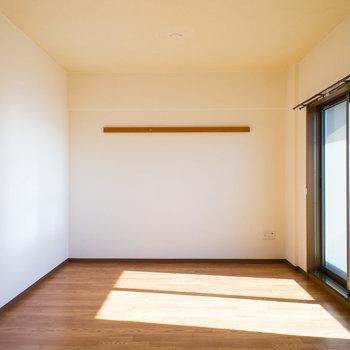 キッチンから見たお部屋です。※写真は同間取り別部屋のものです。