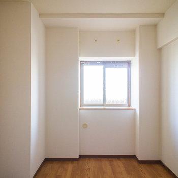 出窓が一つあります。※写真は同間取り別部屋のものです。