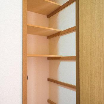 廊下の収納です。※写真は同間取り別部屋のものです。