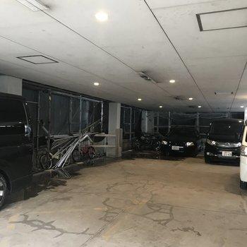 1階部分は駐車場スペースとなっています。
