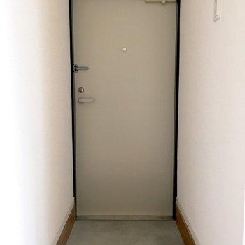 玄関もグレーでなじんでくれる