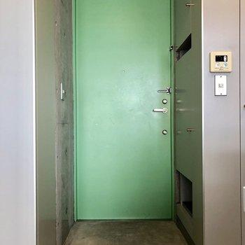 緑の玄関ドア。靴を脱ぐスペースも充分にありますね。※前回募集時の写真