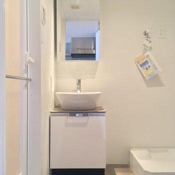 キッチン背面にはサニタリーが。ゆったり使えますよ