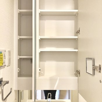 洗面台の鏡の奥も収納。生活感を隠せますね。