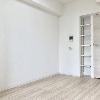お部屋の棚に本や小さな観葉植物を置きたい。