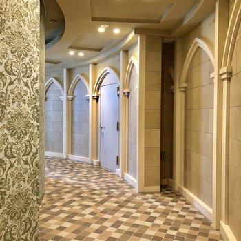 どこかのお城のような豪華な廊下。