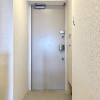 玄関は靴を脱ぐスペースが充分にあります。