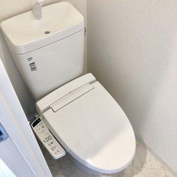 トイレは個室。ウォッシュレット付きですよ。