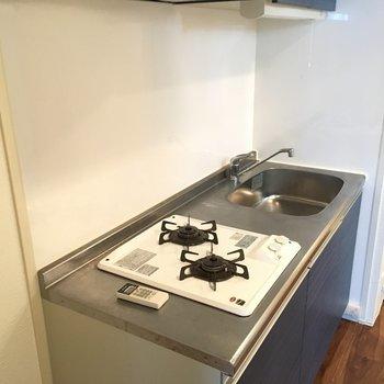 キッチンは二口コンロ。※写真は別部屋です