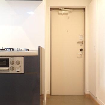 玄関横にキッチン。※写真は別部屋です