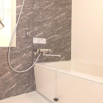 ミラーつきの浴室。※写真は別部屋です