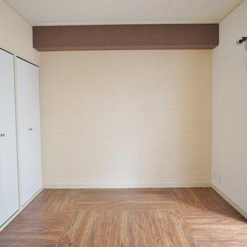 こちらのお部屋はシンプルでバルコニーもあります