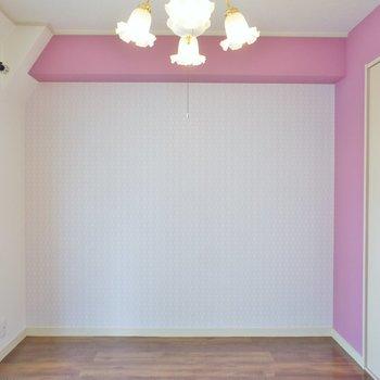 ピンクがアクセントのお部屋はクロスの柄もかわいい