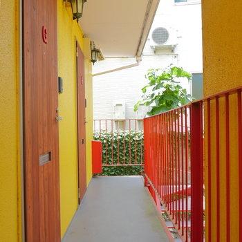 お部屋出たところ。扉は木で、黄と赤のコントラスト。
