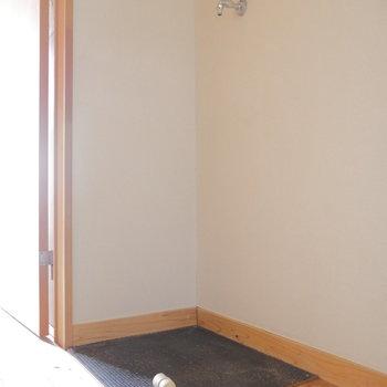 洗濯機置き場も室内にあります。※写真は2階、同間取りの別部屋です。