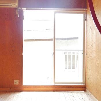 南向き窓からの明るい陽射し。※写真は2階、同間取りの別部屋です。