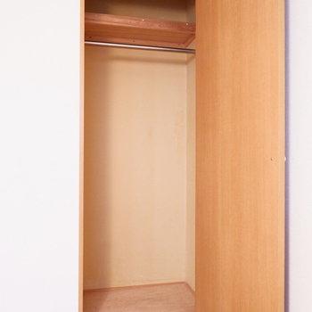 洋室の収納はクローゼットになっています。