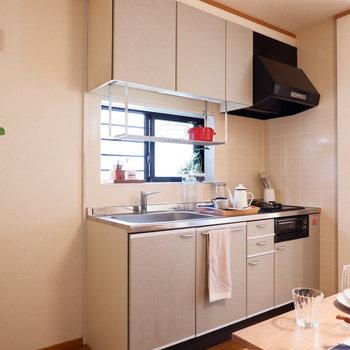 キッチンにも窓があり明るい!