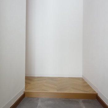 玄関には靴箱ありません。