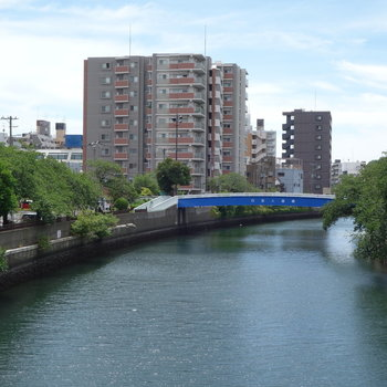 少し歩くと川が流れてますよ。