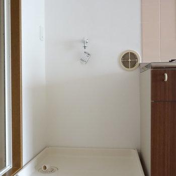 キッチンの脇に洗濯機置場あります。
