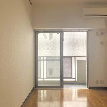 こちらも同じ広さ、6帖の洋室です。エアコンあります。
