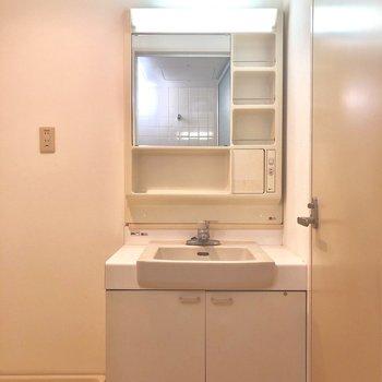 独立洗面台。物を置くところもたくさんです。